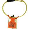 Produktfoto: FOKUS merkeplate oransje, med preging, med OS-bjølle og KVIKK småfeklave